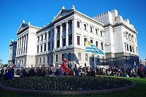 Español: En Uruguay, manifestantes a favor del...