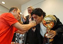 Ricardo Bochini, el máximo ídolo de Independiente, es también el ídolo de Maradona. A causa de ello, durante su juventud Diego fue hincha del club de Avellaneda. Aquí se ven los dos junto al ex presidente Néstor Kirchner, cuando Maradona fue nombrado Vecino ilustre, en 2007.