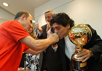 Ricardo Bochini - Bochini (left) with Maradona (right) and Néstor Kirchner (back) in 2007