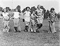 Meisjes zijn aan het zaklopen op het terrein van de ijsclub, Bestanddeelnr 252-0627.jpg