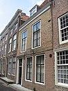 foto van Huis met geverfde lijstgevel, boven de pui overkragend