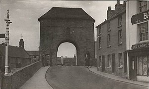The Gatehouse, Monmouth - Image: Monmouth Monnow Bridge 1930 from Town Side showing three cottages no longer there