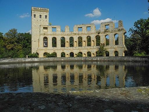 Ruinenberg nördlich von Schloss Sanssouci: Wasserbecken (vorne), Normannischer Turm und Ruine (Blick nordwärts)