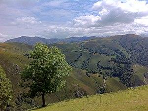 Montes alrededor de Campiellos.JPG