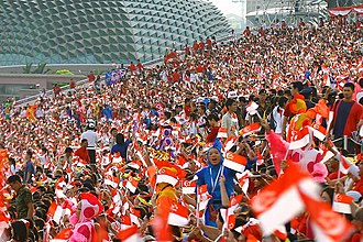 Flag of Singapore - Spectators with national flags at the 2007 National Day Parade
