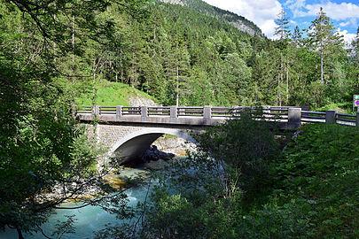 Naturpark Karwendel mit zweiter Grenzbrücke.jpg