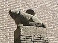 Nijmegen - Sculptuur Twee Spaarvarkens van Charles Hammes op de poort van het steegje De Spaarpot.jpg