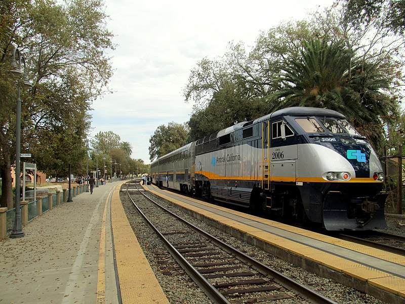 File:Northbound Capitol Corridor train at Davis station, November 2017.JPG