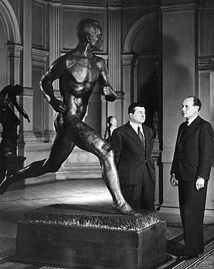 Wäinö Aaltonen - Paavo Nurmi and Wäinö Aaltonen in front of Aaltonen's bronze statue of Nurmi at Ateneum in the late 1930s