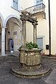 Palazzo mediceo di seravezza, 1555, cortile con pozzo 03.JPG