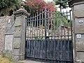 Pescaglia, il Poggio, 10 villa, cancello.JPG