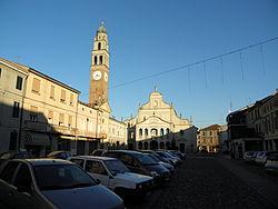 Piazza Libertà al tramonto (Castelmassa).JPG