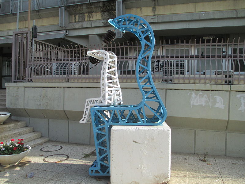 פסל עמודי חשמל בתל אביב