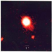 Cette photo, prise en lumière infrarouge, est une image en fausse couleurs d'un « tandem quasar-supernova », avec la plus lumineuse des explosions jamais observées dans ce type de combinaison. Ce couple fut découvert par une équipe de chercheurs venant de six institutions différentes.