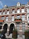 foto van Herenhuis in neo-renaissance trant met souterrain. Lijstgevel versierd met banden, blokken en een getoogde ingangsomlijsting. Balcon op voluutconsoles