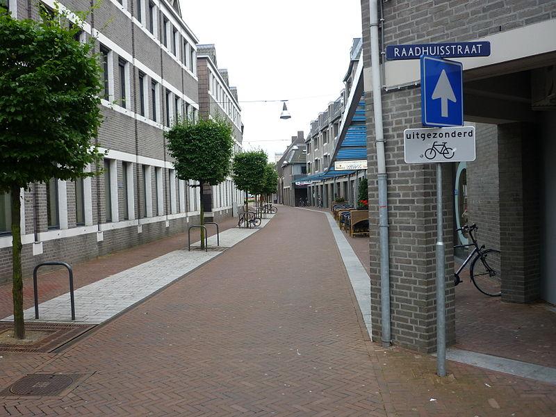 Bestand:Raadhuisstraat Deurne vanaf de Markt.jpg