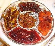 שלל ריבות, תפוחים, חבושים, שזיפים, קישואים (מלמעלה עם כיוון השעון) ובאמצע תפוזים