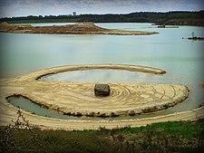 Robert Smithson, Broken Circle, Spiral Hill, 1971 (7873640704) .jpg