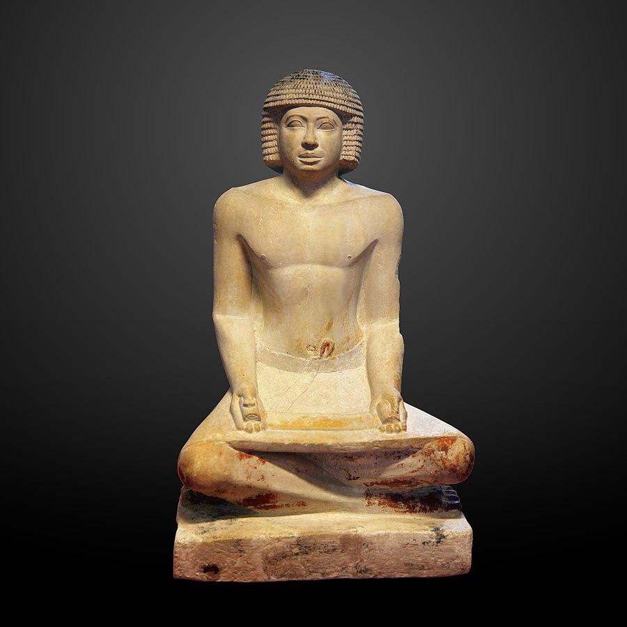 Scribe assis en tailleur, un papyrus sur les genoux