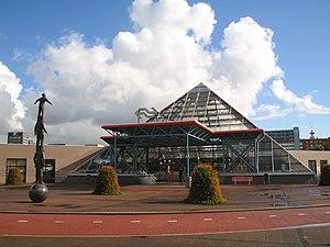 Station Rijswijk piramide 2005.jpg
