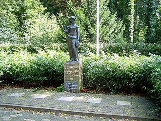Adriaan Roland Holst - Image: Stedemaagd Oorlogsmonument Jeanne Kouwenaar Bijlo Harddraverslaan Alkmaar
