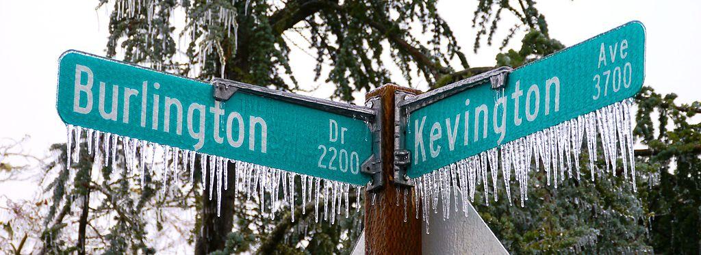 Carámbanos en señales de tráfico, en Eugene, Oregón (Estados Unidos).