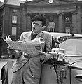 Student als taxichauffeur leest de krant, Bestanddeelnr 254-2095.jpg