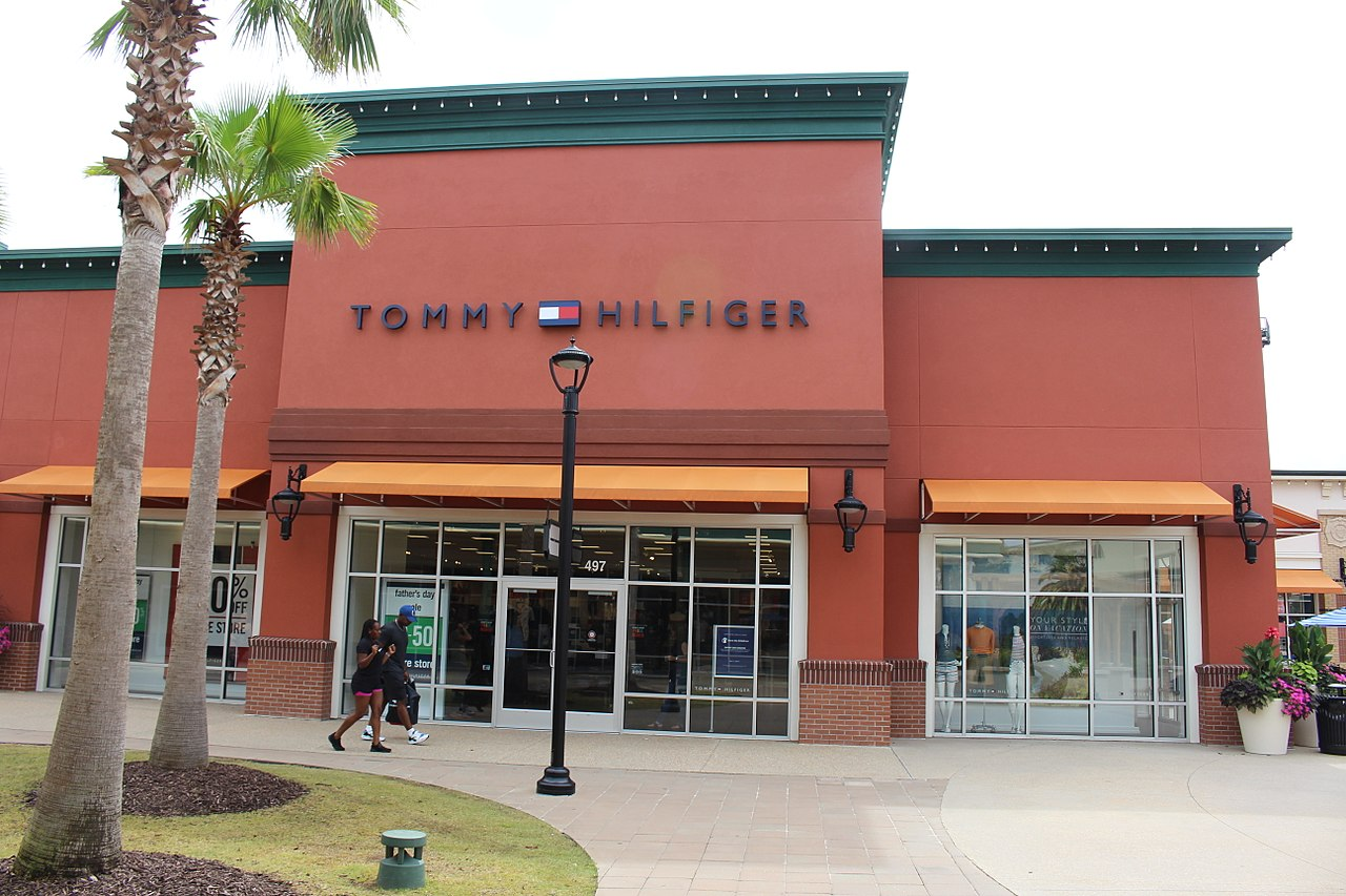 Culpable estrategia no  File:Tommy Hilfiger, Tanger Outlets Savannah.jpg - Wikimedia Commons