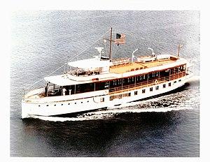 US Navy 030423-N-0000X-001 Die ehemalige Präsidentenyacht USS Sequoia (AG 23) fährt den Potomac River in der Nähe von Washington DCjpg hinunter