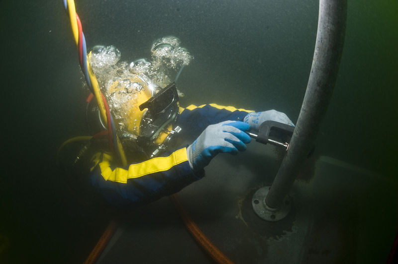 File:US Navy 100715-N-1134L-028 Navy Diver 2nd Class Jason Hatch, assigned to Company 2-6 of Mobile Diving and Salvage Unit (MDSU) 2.jpg
