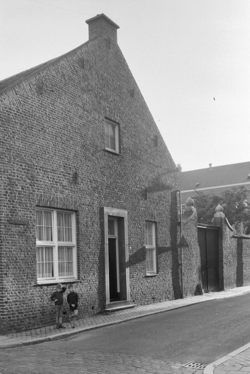 Huis met zadeldak tussen topgevels met vlechtingen in roermond monument - Tussen huis ...