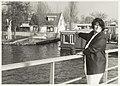 Waarderhaven met woonboten. Mevrouw Van Rossum wijst haar boot aan. NL-HlmNHA 54031588.JPG