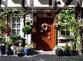 Wetzlar - Blumengeschmückter Fachwerkhaus-Eingang.jpg