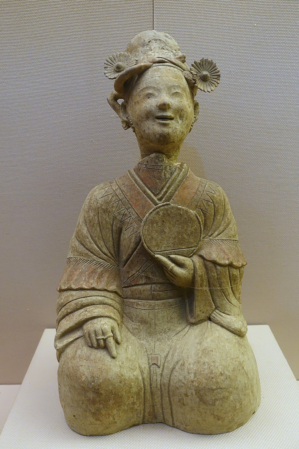 Woman with a mirror, China, unearthed at Songjialin, Pixian, Sichuan, Eastern Han dynasty, 25-220 AD, ceramic - Sichuan Provincial Museum - Chengdu, China - DSC04768