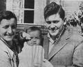 Zbigniew Uniłowski - Z żoną i synkiem 1937.png