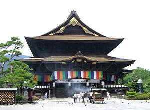 Nagano Olympic Commemorative Marathon - The race passes the Zenkō-ji temple