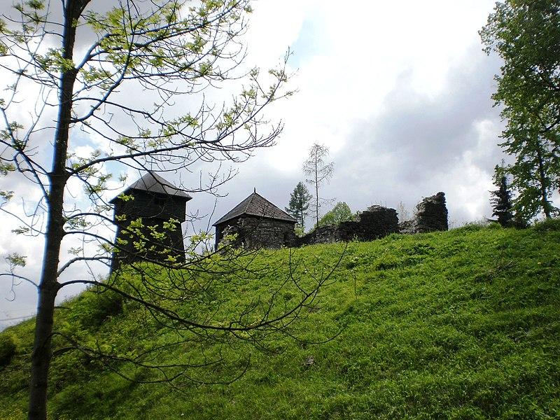File:Zvonica a zrúcanina kaplnky - panoramio.jpg