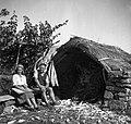 """""""Galuza"""" (koča) pri Kolombinih med vinogradi. Spredaj sedita dr. Juvančič in Slak Kristina 1949.jpg"""