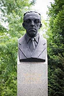 """Паметник на Димитър Димов в парк """"Борисова градина"""", София."""