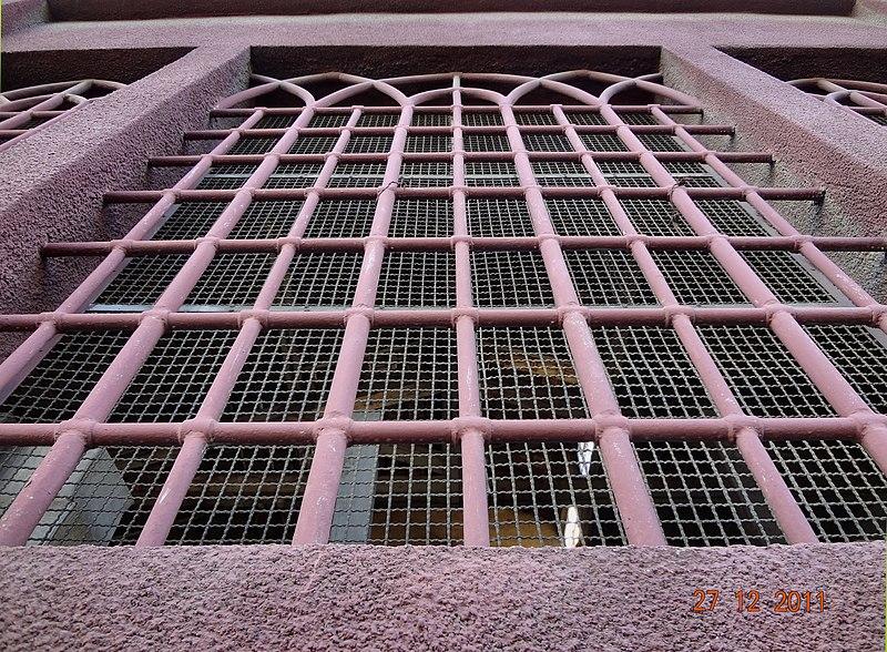 צילום תקריב של חלון היקב בראשון לציון