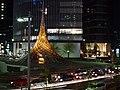 夜のロータリーとオブジェ「飛翔」 - panoramio.jpg