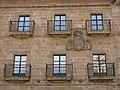 040 Palacio de Ferrera, pl. España 9 (Avilés), balcons i escut nobiliari.jpg