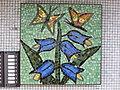 1210 Autokaderstraße 3-7 Tomaschekstraße 44 Stg 4 - Mosaik-Hauszeichen Blumenmotiv von Leopold Birstinger 1968 IMG 0995.jpg
