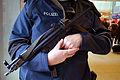 2015-11-18 Bundespolizei (Deutschland) in und am Hauptbahnhof Hannover, (102) Polizist mit Maschinenpistole Heckler & Koch MP5.JPG