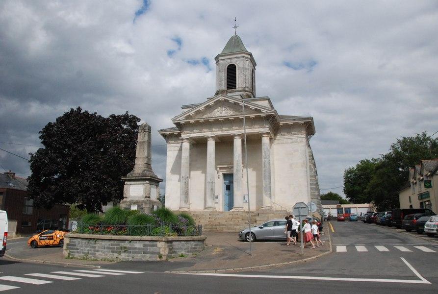 Le monument aux morts devant l'église de La Gacilly (56)