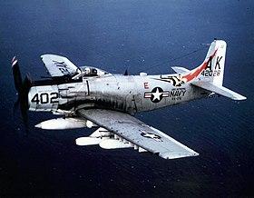 Douglas A-1J Skyraider (N° 142028) du Squadron VA-176 Thunderbolts basé sur le porte avion USS Intrepid (CVS-11) en mission durant la guerre du Viêt Nam (1966).
