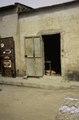 ASC Leiden - van Achterberg Collection - 03 - 20 - Portes ouvertes dans un mur extérieur nu sur un trottoir étroit - Ségou, Mali - novembre-décembre 1993.tif
