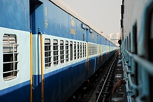 Uma carruagem de cadeira em um trem na Índia.jpg