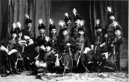 https://upload.wikimedia.org/wikipedia/commons/thumb/2/22/A_group_of_Preobrazhensky_regiment_officers_at_1903_ball.jpg/525px-A_group_of_Preobrazhensky_regiment_officers_at_1903_ball.jpg