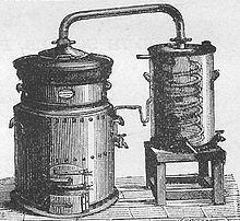 Dessin en noir et blanc d'un appareil composé de deux cylindres verticaux reliés par leur dessus au moyen d'un tube cintré. Le premier cylindre comporte, en sa partie inférieure, un foyer où était enfourné le bois et, en sa partie supérieure, de l'étuve hermétiquement fermée où étaient placés les produits à distiller. Les vapeurs produites passaient par le tube cintré dans le second cylindre, rempli d'eau à l'exception d'un tube en hélice (le serpentin) où descendaient, se refroidissaient et condensaient les vapeurs issues de l'étuve. Le produit obtenu était recueilli par un tube relié au serpentin et sortant au bas du second cylindre.